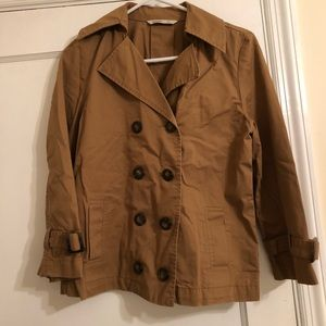 Swing trench with tortoise buttons